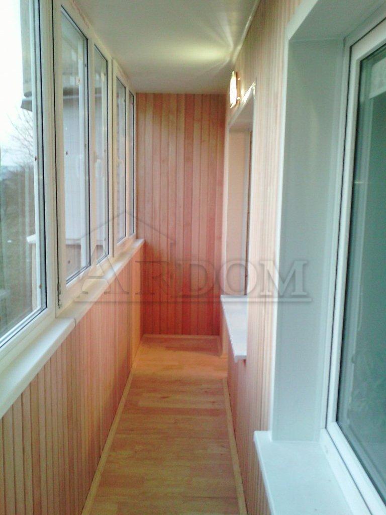 Ремонт балкона с обшивкой лиственной вагонкой (дерево ольха)